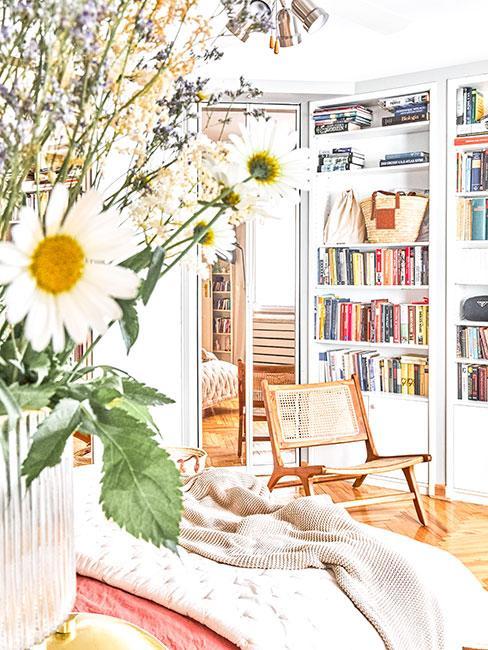 jasny romantyczny salon z kwiatami na stole
