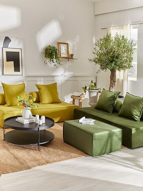 salon z sofą modułową w odcieniach zieleni i drzewem