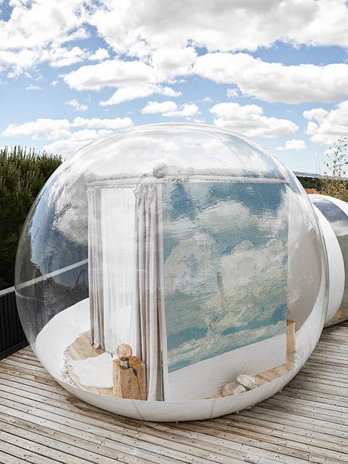 domek z przeźroczystymi ścianami typu bańka w naturze