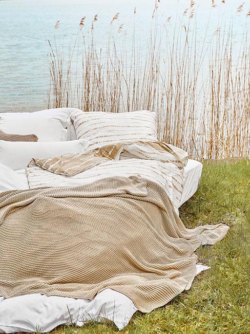 łóżko przy jeziorze w naturze