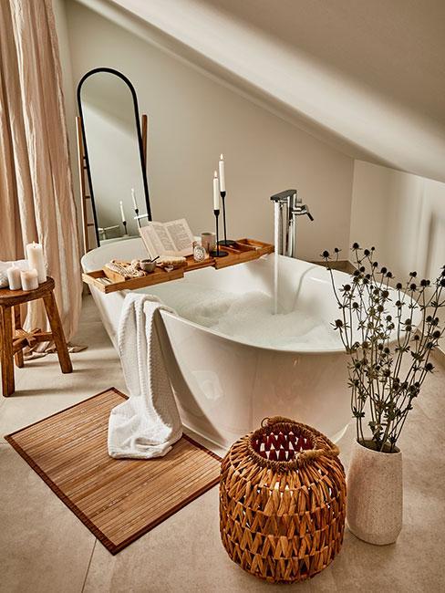 łazienka przygotowana na relksującą kąpiel z ozdobami boho