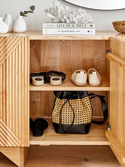 buty w szafce z jasnego drewna na korytarzu