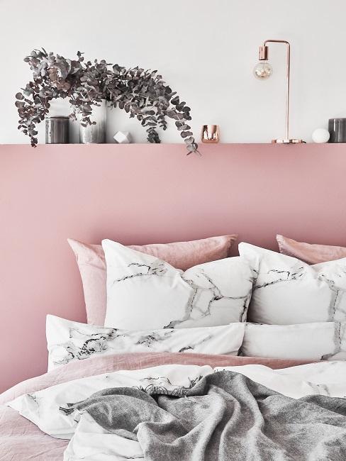 sypialnia z zagłówkeim w kolorze pudrowego różu i marmurkową pościelą w bieli i popielu