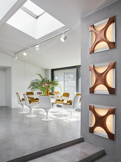 jasna jadalnia z białymi krzesłami i okrągłym stołem w stylu futurystycznym
