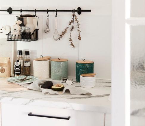 Blat w kuchni, z metalowymi dodatkami i kolorowymi pojemnikami