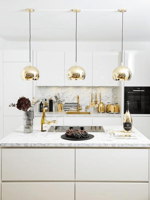 Nowoczesnym styl: Kuchnia z marmurowym blatem i złotymi dodatkami