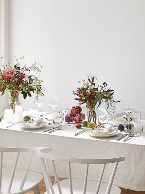 stoł zastawiony białą zastawą z kolorowymi kwiatami w jesiennych kolorach