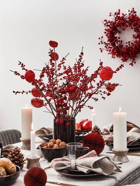 jesienna dekoracja stołu z gałązkami jarzębiny w kolorach beżowym i bordowym
