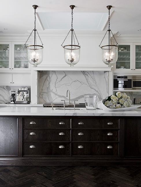 Biało-czarna kuchnia w wersji loftowej, ciemne szafki, marmurowe blaty