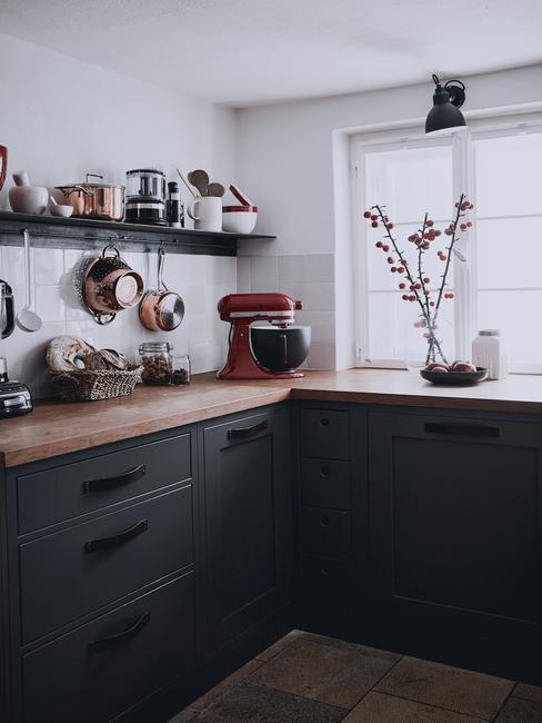 Biało-czarna kuchnia w stylu skandynawskim, czarne szafki, drewniane blaty