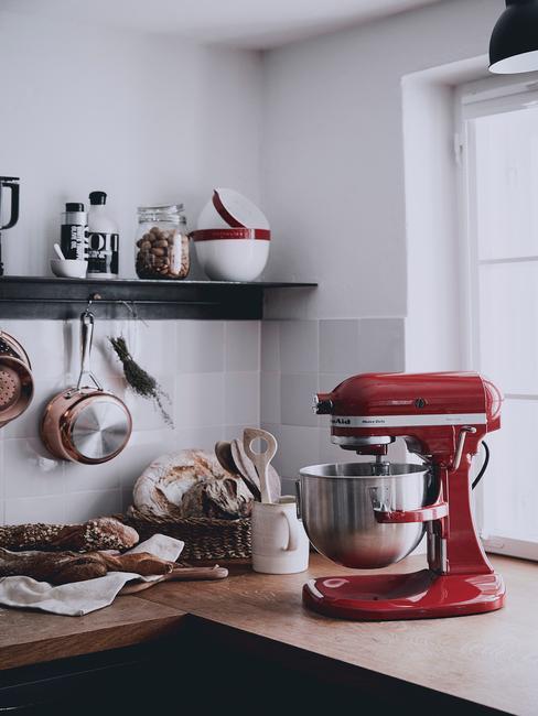 sprzęt kuchenny w czerwonym kolorze w biało czarnej kuchni