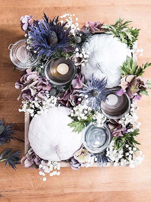 oryginalny stroik jesienny z białymi dyniami i fioletowymi i białymi kwiatami