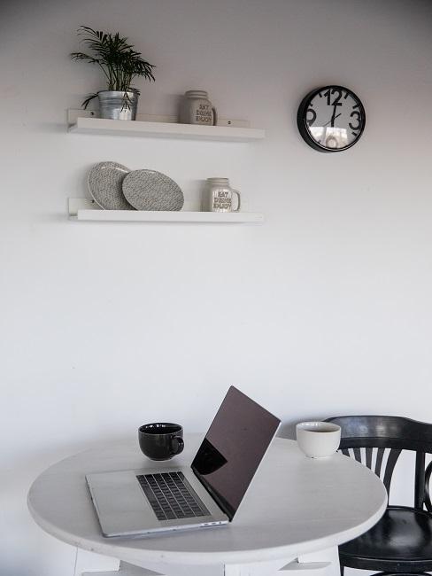 Jasne pomieszczenie z białą ścianą i stołem