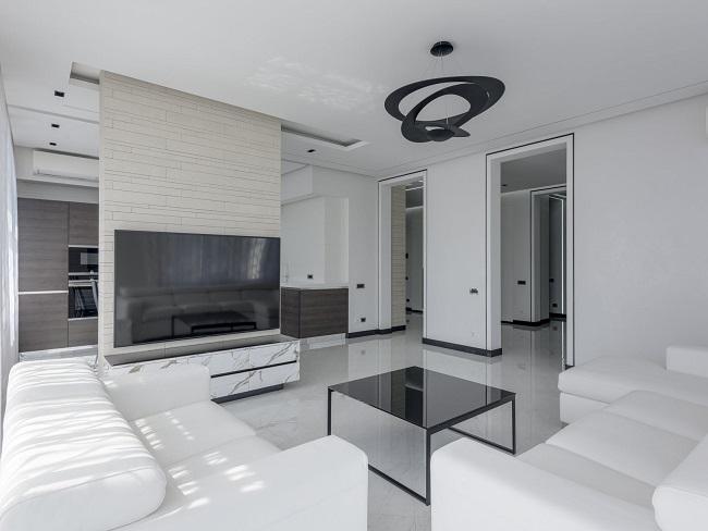 Salon w odcieniach bieli z czarną lampą