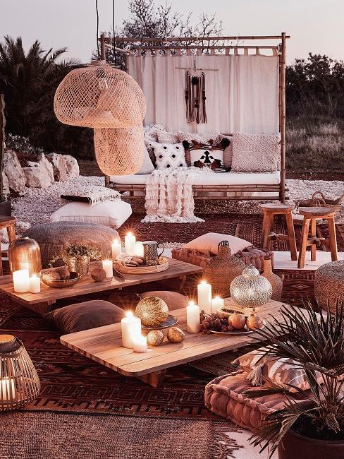 taras wieczorem z poduszkami podłogowymi i dekoracjami w odcieniach terakoty w stylu marokańskim