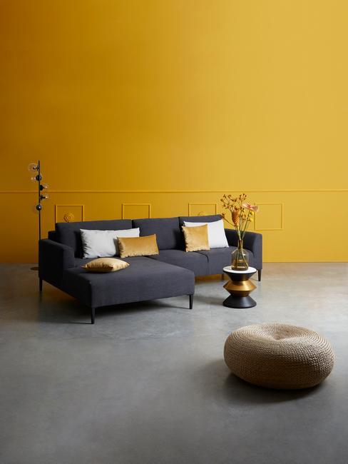 kolor grafitowy: sofa w grafitowym kolorze, w pomieszczeniu z żółtą ścianą i podłogą w szarym kolorze
