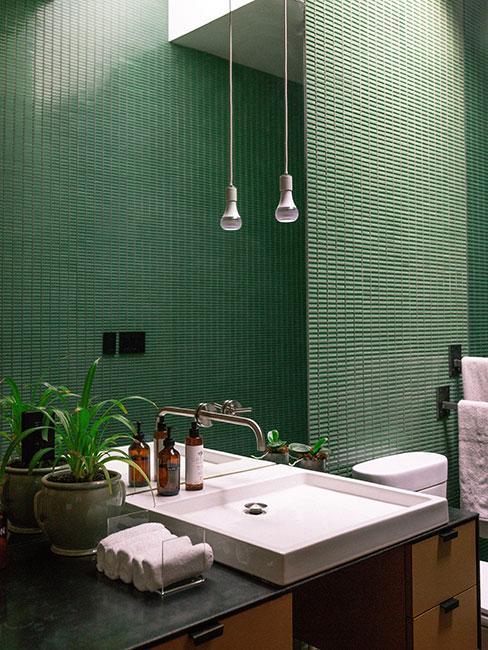 Butelkowa zieleń w łazience z białą wanną