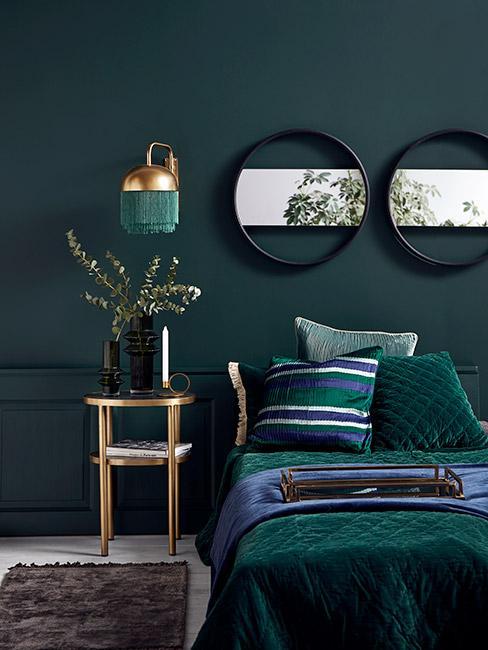 Butelkowa zieleń w sypialni z drewnianym stolikiem nocnym