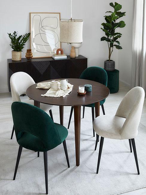 Jadalnia z zielonym krzesłem i ciemną komodą