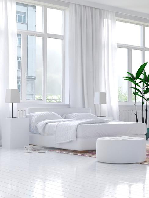 duży salon w lofcie w bieli z białymi podłogami