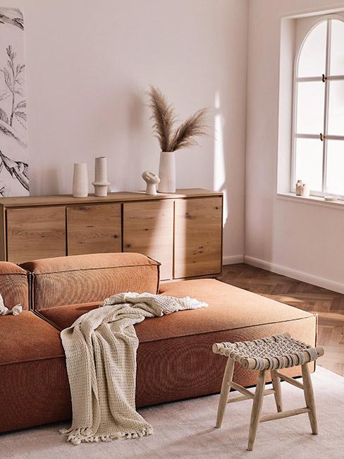 salon w stylu boho z sofą modułową w kolorze terakoty