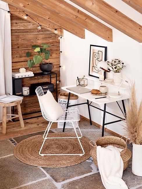 biuro domowe z białym biurkiem i krzesłam w rustykalnym domu