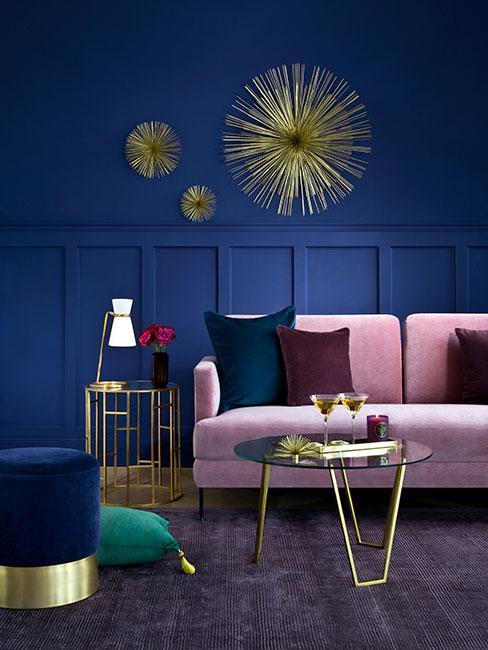 kolor granatowy na ścianie, bladoróżowa sofa, złote i burgundowe dodatki