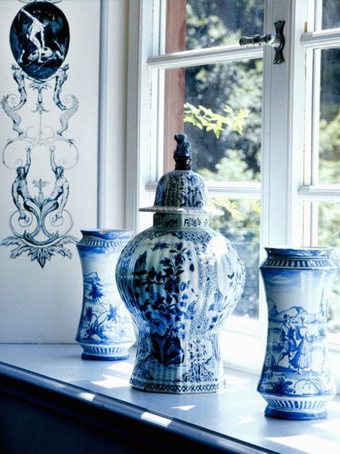 granatowo-białe dodatki do domu, wazon i naczynie ozdobne na parapecie