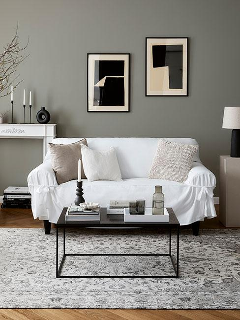 nowoczesny salon z szrą ścianą i białą sofą
