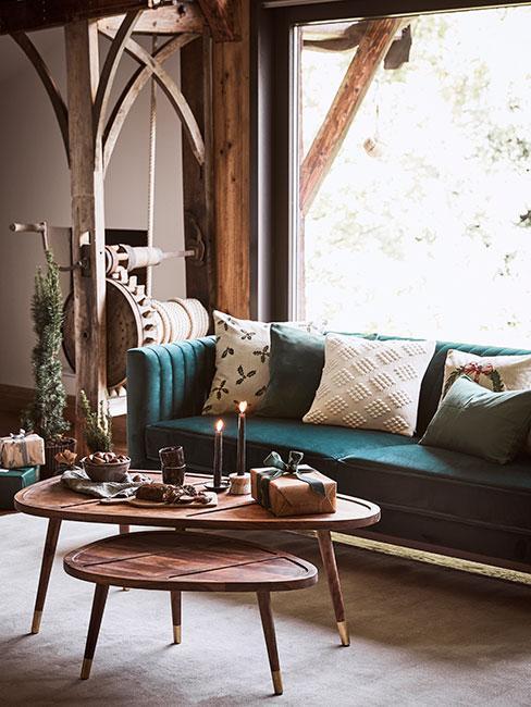 salon w stylu rustykalnym z zieloną sofą i drewnianym stolikiem