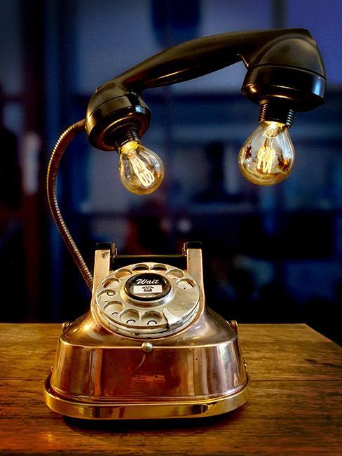 lampa zrobiona ze starego telefonu w stylu steampunk