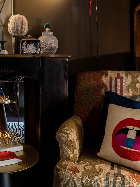 fotel w stylu steampunk z dekoracyjną poduszką