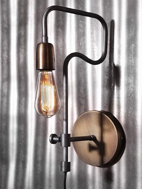 Lampa w stylu Steampunk na ścianie w szaro białe paski