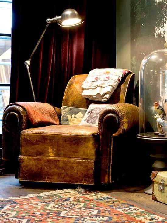 Fotel z postarzanej skóry z lampą podłogową w stylu w stylu Steampunk