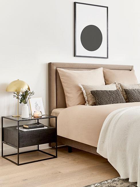 Sypialnia w kolorach nude z obrazem na ścianie