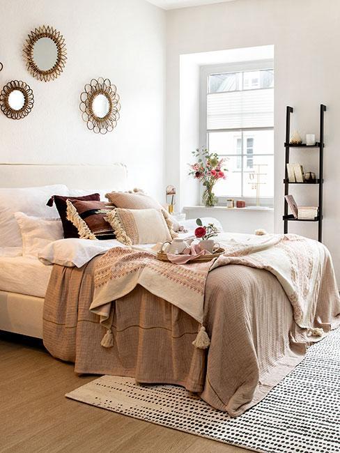 Sypialnia w stylu boho z dodatkami w kolorze złota