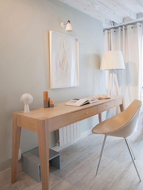 Jasne pomieszczenie z toaletką i krzesłem