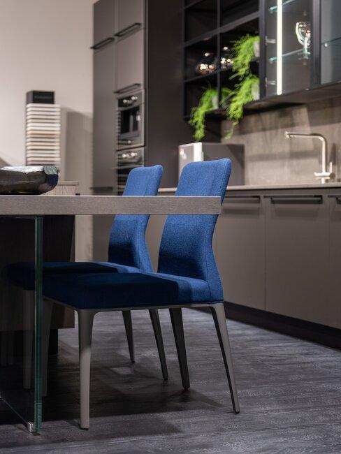 granatowa kuchnia: granatowe krzesła w eleganckiej kuchni z szafkami w ciemnym kolorze