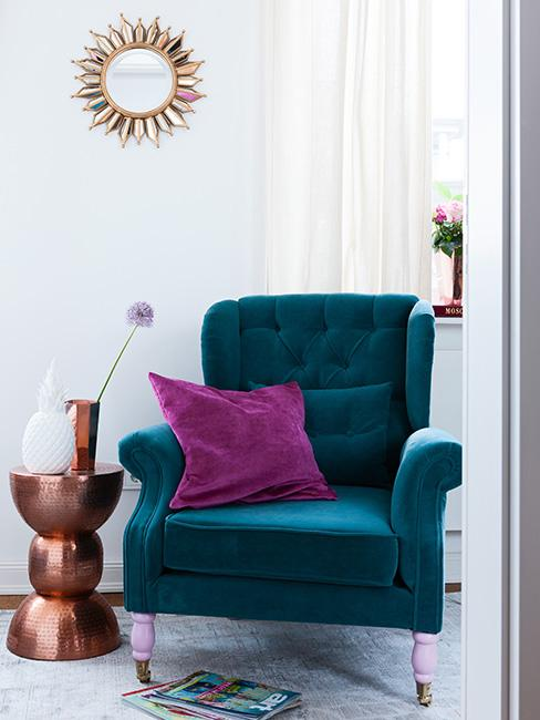 Fotel w kolorze niebieskim ze stolikiem pomocniczym