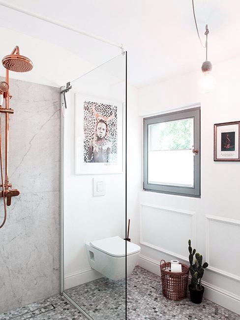 iała łazienka z kabiną prysznicową i miedzianą armaturą