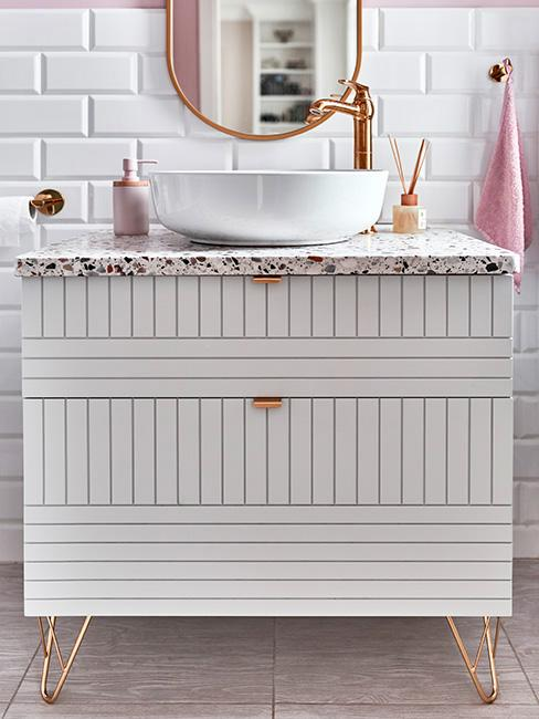 łazienka w stylu glamour białą szafką pod umywalkę z marmurowym blatem na miedzianych łóżkach z różowymi dodatkami