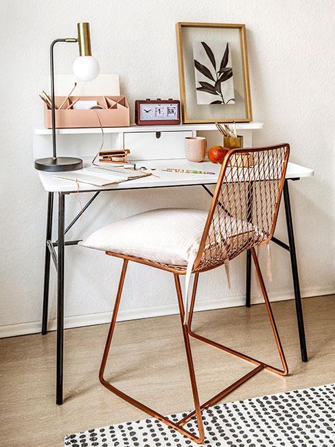 białe biurko z miedzianym ażurowym krzesłem i dekoracjami w kolorze łosowsiowym