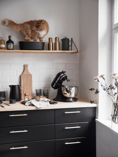 Czarna kuchnia: Czarne fronty szafek, drewniane blaty i półki oraz białe płytki nad blatem