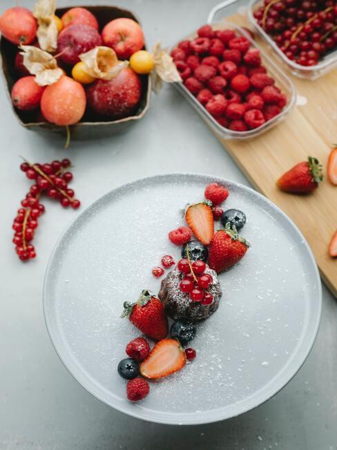 deser z owoców ułożony na białym talerzu