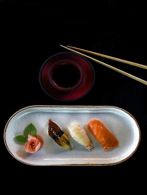 mała porcja sushi na podłużnym talerzyku