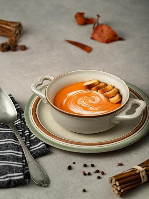 Menu na chrzest: Zupa krem z pomidorów ze śmietaną i grzankami w jasnje zastawie stołowej