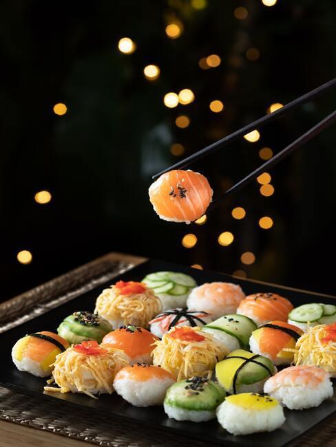 Menu na chrzest: duży zestaw sushi różnego rodzaju na ciemnej tacy