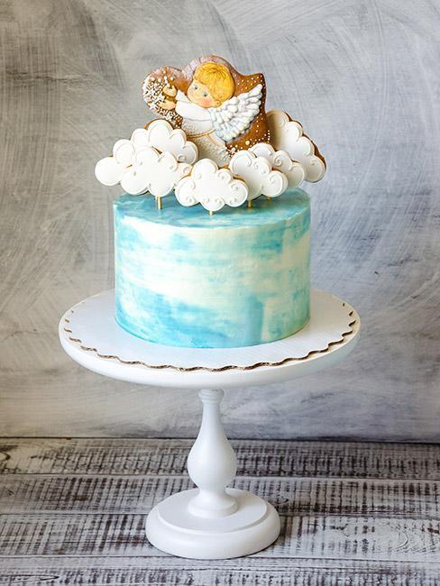 Menu na chrzest: Tort na chrzest w kolorze niebieskim dla chłopca, na torcie białe obłoki i aniołek