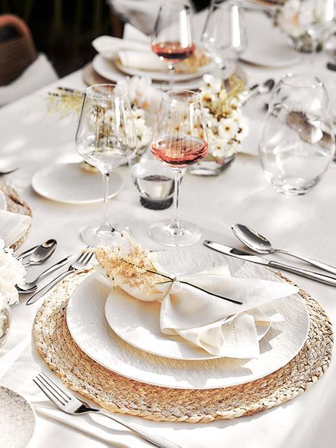 biała zastawa na stole z dekoracją z suszonych kwiatów na talerzu