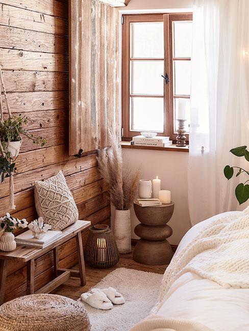 kącik w sypialni z mnóstwem drewnianych dekoracji, poczynając od wyłożonej drewnem ścianie przez drewniane szafki i ramy okienne
